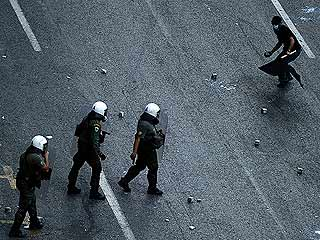 Ver vídeo  'La primera jornada de la huelga general paraliza Grecia y deriva en enfrentamientos en Atenas'