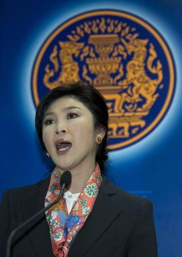 La primera ministra de Tailandia, Yingluck Shinawatra, durante la rueda de prensa posterior al fallo del Tribunal Constitucional que fuerza su destitución