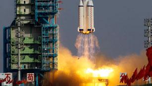 """Ver vídeo  'La primera mujer austronauta china viaja al espacio en la nave """"Shenzhou IX""""'"""