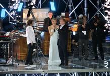 La princesa Charlene Wittstock y el Príncipe Alberto de Mónaco cantan durante una presentación musical del compositor francés Jean-Michel Jarre para celebrar su matrimonio civil.