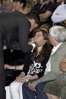 El príncipe de Asturias consuela a uno de los familiares de las cuatro de las nueve víctimas mortales del terremoto