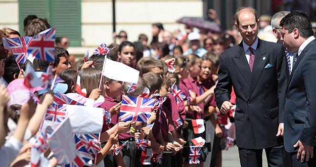 El príncipe Eduardo de Inglaterra es recibido por miles de gibraltareños