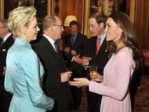 El príncipe Guillermo y su mujer, la duquesa de Cambridge, conversan con los príncipes Alberto II y Charlene de Mónaco durante una recepción en el castillo de Windsor.