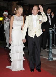 El Príncipe Alberto y su esposa asisten a la cena oficial celebrada tras la boda religiosa.