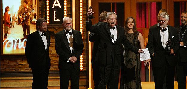 Los productores del musical 'Once', recogiendo el premio Tony al mejor musical.