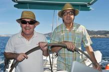 """Los propietarios del """"El Bulli, Ferran Adrià (i) y Juli Soler, al mando del timón de un catamarán"""