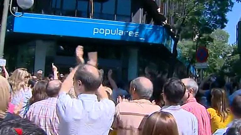 Unos 200 funcionarios de Justicia protestan en la sede del PP contra los nuevos recortes