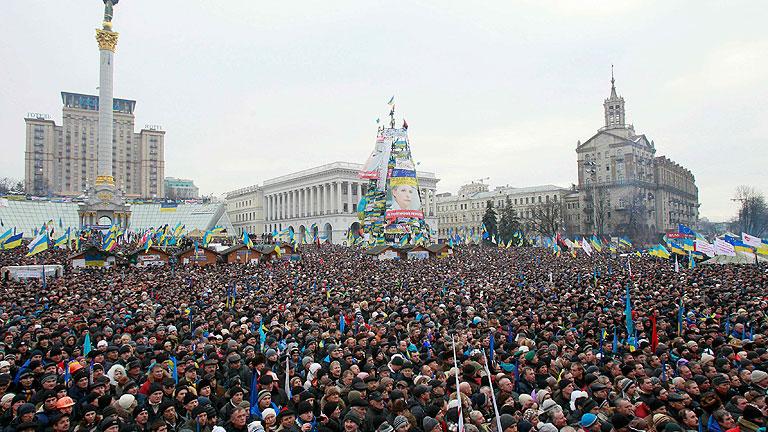 Cientos de miles de personas asisten a la asamblea opositora en Ucrania