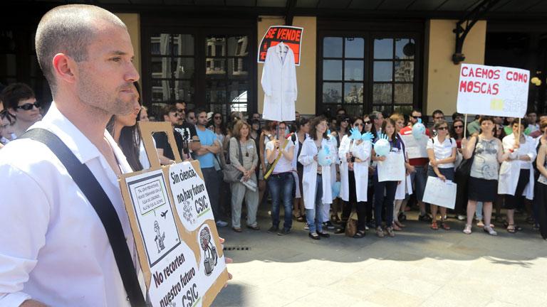Científicos e investigadores salen a la calle para denunciar que la ciencia se colapsa por los recortes