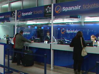 Ver vídeo  'Protestan los pasajeros de Spanair en los aeropuertos'