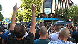 Ver vídeo  'Protestas de centenares de funcionarios, muchos policías y bomberos, ante Génova y el Congreso'