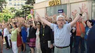 Ver vídeo  'Protestas frente al Congreso tras conocerse los nuevos recortes del Gobierno'
