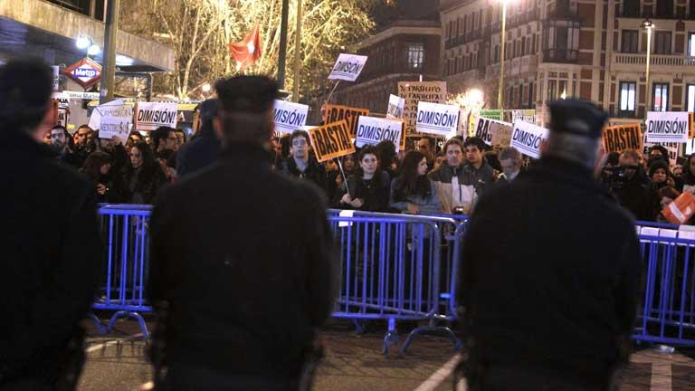 Cientos de personas se concentran en la calle Génova pidiendo la dimisión de Rajoy