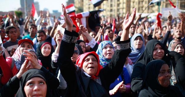 Cientos de manifestantes protestan contra la candidatura de Shafiq en la plaza cairota de Tahrir.