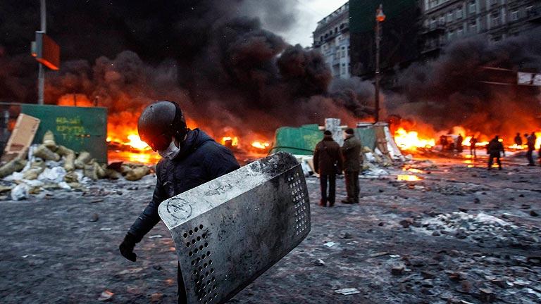 Los manifestantes ucranianos frenan el avance de la Policía con una cadena de fuego
