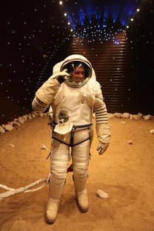 Uno de los candidatos se prueba el traje espacial que llevará durante el experimento.
