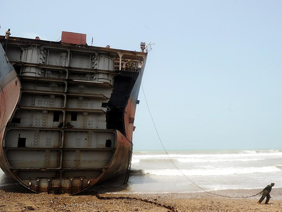 ¿Puede un solo hombre remolcar un ferry? Parece que esa es la pregunta que se hizo el fotógrafo que disparó esta instantánea en la costa paquistaní, en donde hay una importante industria de desguace de buques que se beneficia de mano de obra barata.