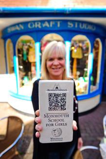 Una voluntaria muestra una de las placas del proyecto 'Monmouthpedia'
