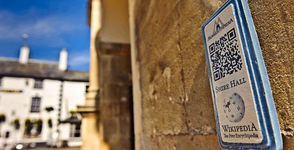 Una de las placas del proyecto 'Monmoutpedia' que inundan las calles del pueblo galés