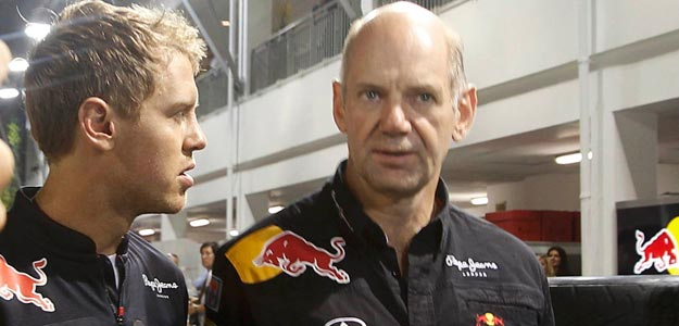 Adrian Newey (derecha) conversa con Sebastian Vettel (izquierda)