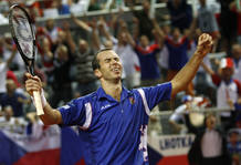Radek Stepanek celebra su victoria despu&eacute;s de seis horas de partido frente a Ivo Karlovic.