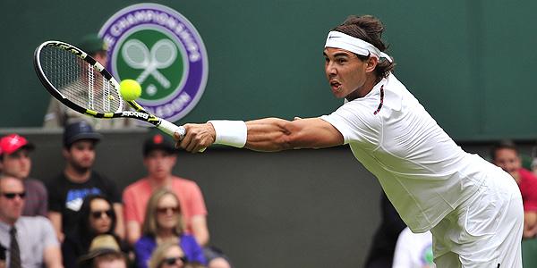 Rafa Nadal durante el choque con Thomaz Bellucci en Wimbledon.