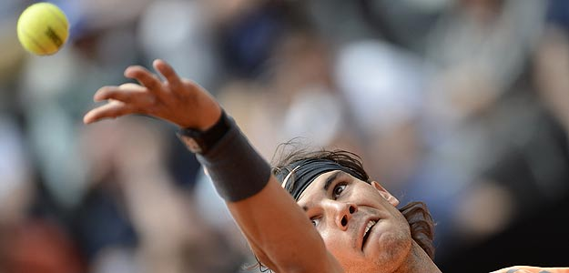 Rafa Nadal sirve en el partido ante el checo Tomas Berdych, de cuartos de final del Masters 1000 de Roma.