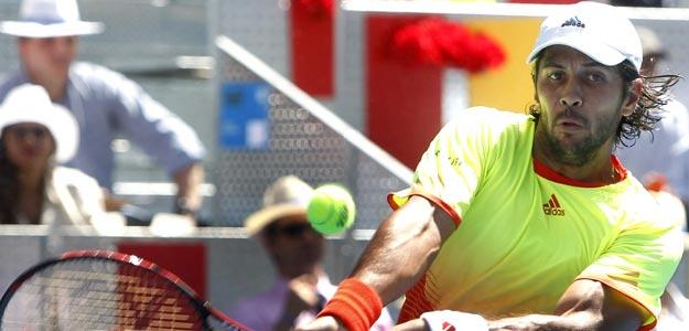 El tenista español Fernándo Verdasco golpea la pelota de revés en el partido ante su compatriota Rafael Nadal