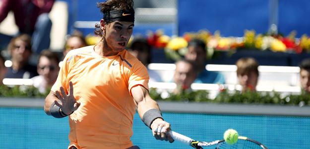 El tenista español Rafael Nadal golpea la pelota en su partido ante su compatriota Fernando Verdasco