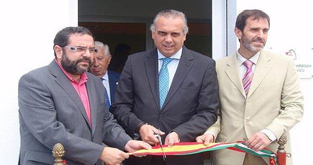 Rafael Rojano (izda.), junto al Presidente de la Federación Española de Baloncesto, José Luis Sáez.