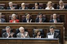 Rajoy es aplaudido por su grupo tras su intervención en el Congreso