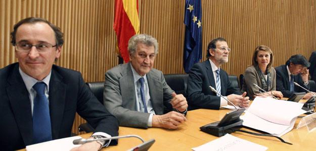 Rajoy avanza un déficit superior al 8% y 5,3 millones de parados