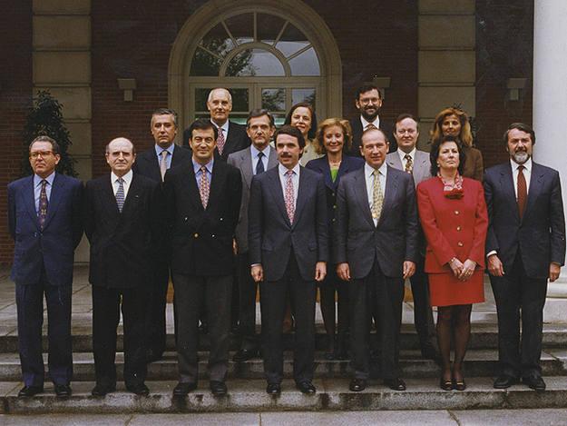 Rajoy en la foto de familia del primer Gobierno de Aznar en 1996