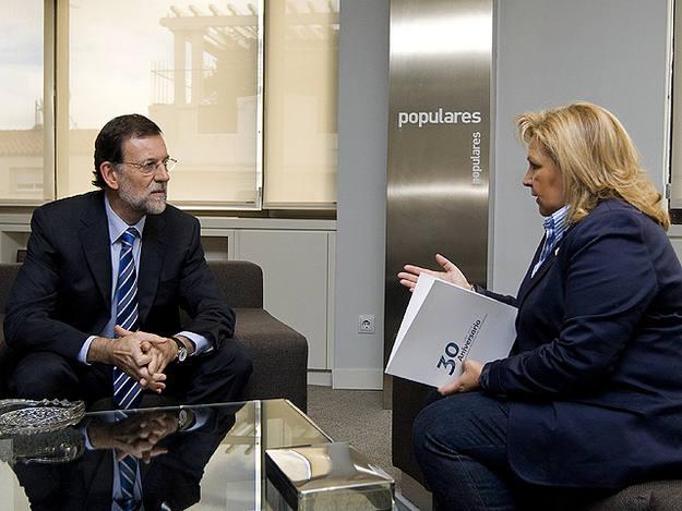 Rajoy con la presidente de la AVT tras el comunicado de ETA