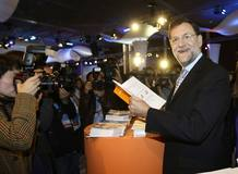 Rajoy, rodeado de periodistas, durante la convención ideológica que el PP celebra en Barcelona este fin de semana.