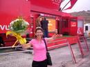 María Eugenia, muy contenta y con el ramo