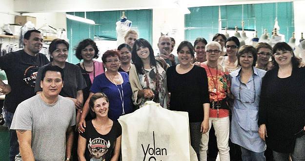 Raquel del Rosario, con su vestido en el portatrajes, rodeada por el equipo de Yolancris.