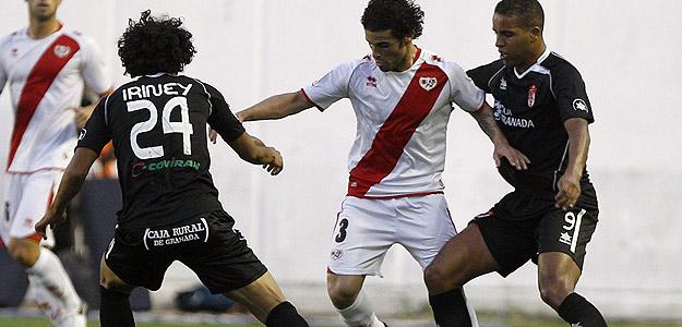 El jugador del Rayo Vallecano, Casado, disputa el balón con Iriney y El Arabi, del Granada.