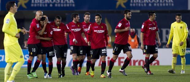El defensa del Mallorca José Carlos de Araujo Nunes (i) celebra su gol, el cuarto de su equipo, junto a sus compañeros.
