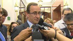 Ver vídeo  'Reacciones a la salida del Gobernador del Banco de España'