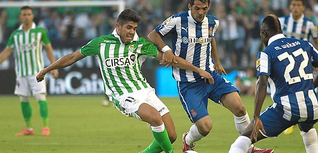 El centrocampista del Real Betis Alejandro Pozuelo pelea un balón con el centrocampista del RCD Espanyol Víctor Sánchez.
