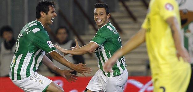 El delantero del Real Betis Rubén Castro (d) celebra su gol, el segundo de su equipo