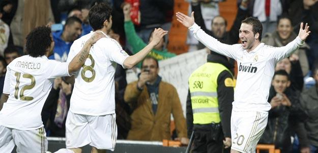 El delantero argentino del Real Madrid Gonzalo Higuaín (d) celebra su gol