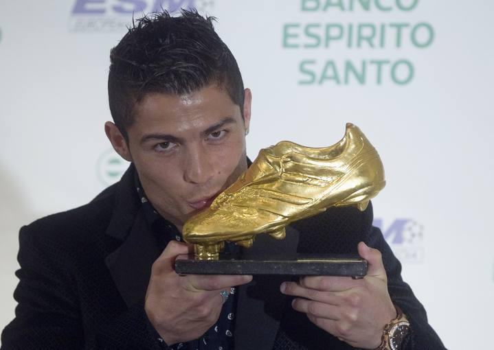 bota-de-oro-real-madrid-soccer-star-portuguese-cristiano-ronaldo-kisses-the-european-golden-boot-trophy-after-receiving-it-in-ceremony-in-madrid""""