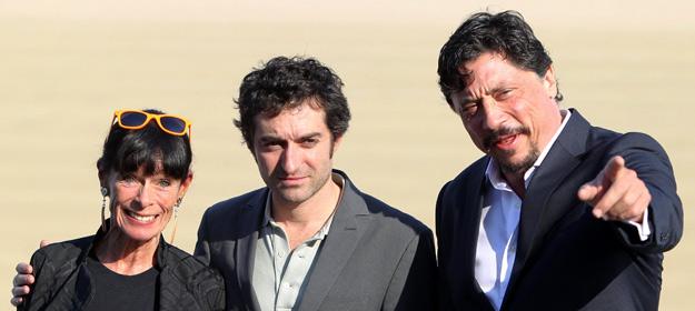 El realizador, Mathieu Demy posa junto a los actores, Géraldine Chaplin, y Carlos Bardem