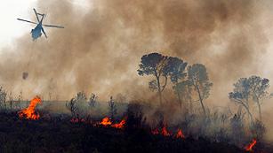 Ver vídeo  'Reanudan la búsqueda del piloto del helicóptero desaparecido en el incendio de Valencia'