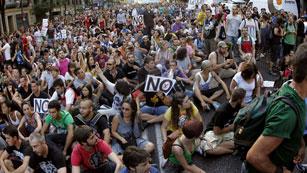 Ver vídeo  'Rechazo multitudinario frente a la sede del PP por las medidas del Gobierno'