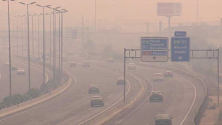 El humo recorre decenas de kil&oacute;metros en Valencia