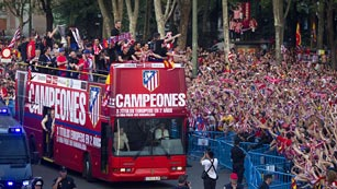 Ver vídeo  'Recorrido triunfal del Atlético'