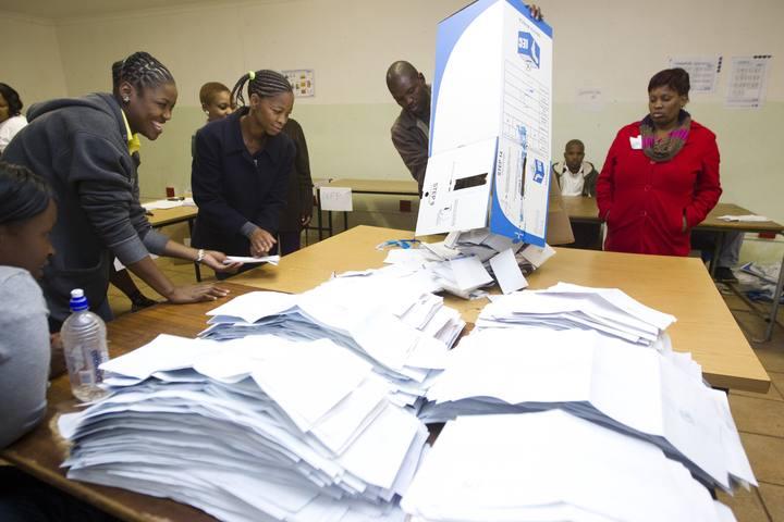 Recuento de votos de las elecciones sudafricanas en un colegio electoral de Embo, al oeste de Durban
